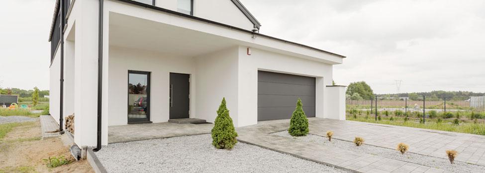Entrada garaje casa puerta basculante
